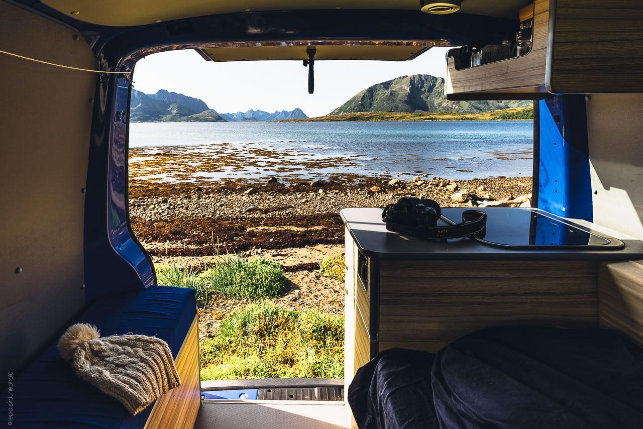 paysage sauvage vu de l'arrière d'un van
