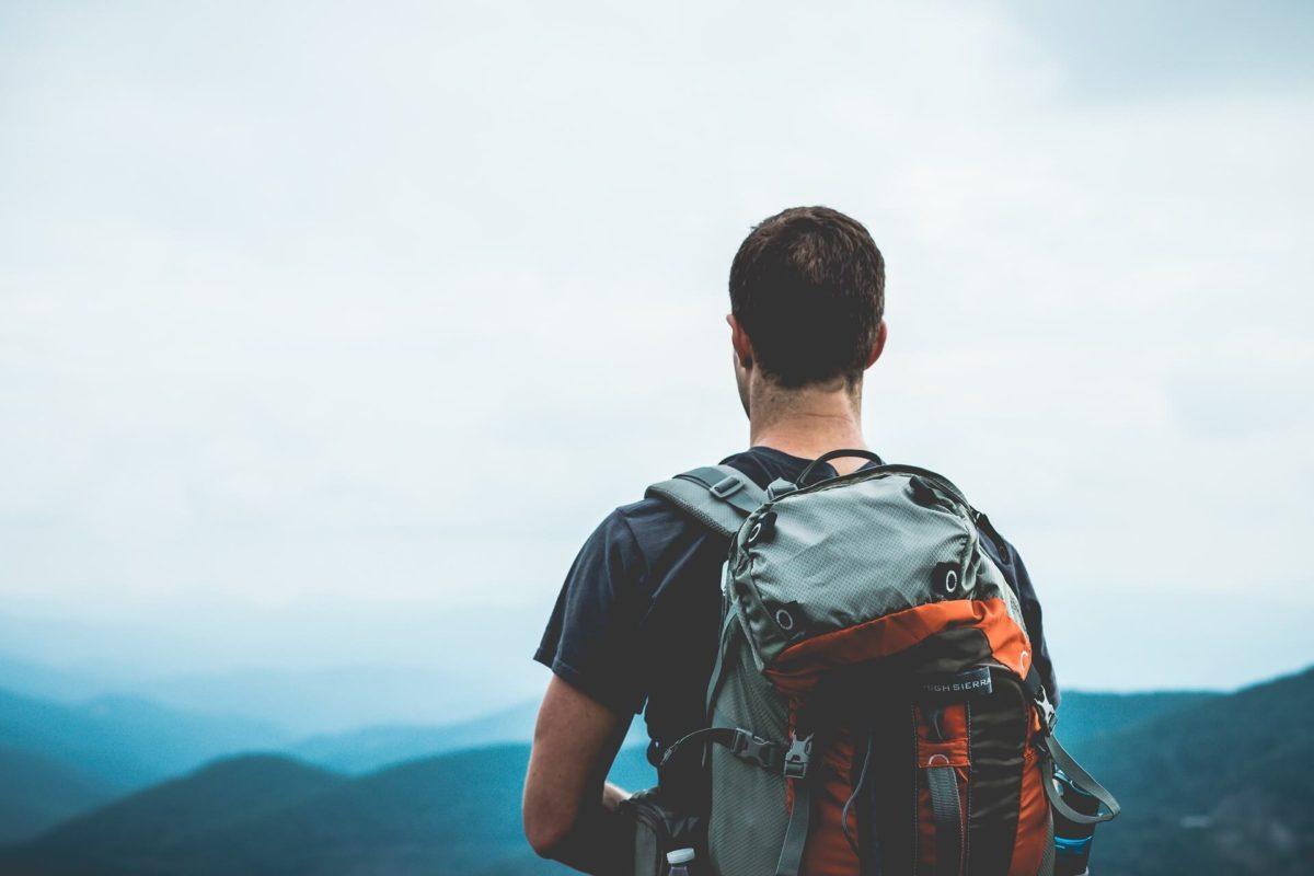 homme-devant-montagne-paysage-actualites-bien-prparer-son-voyage-en-van-nos-conseils-et-astuces--freedom-camper